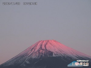 ピンク色に染まる美しい富士山